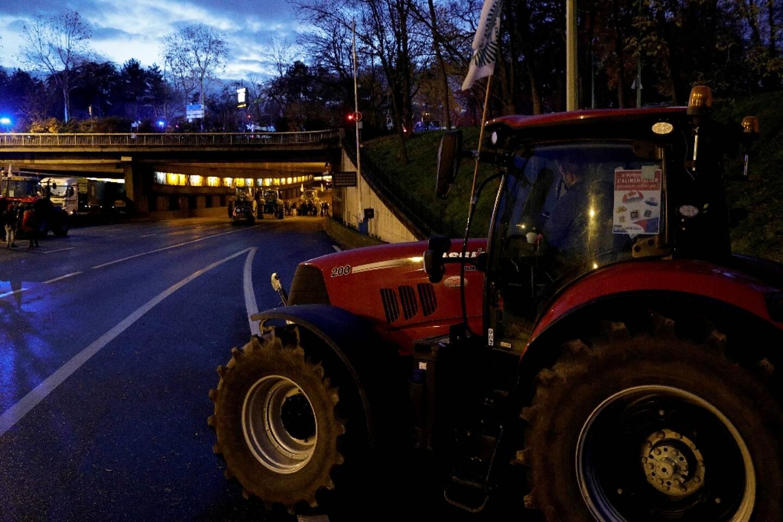 Des agriculteurs ont garé leurs tracteurs sur le périphérique, à Paris le 27 novembre 2019 lors d'une manifestation