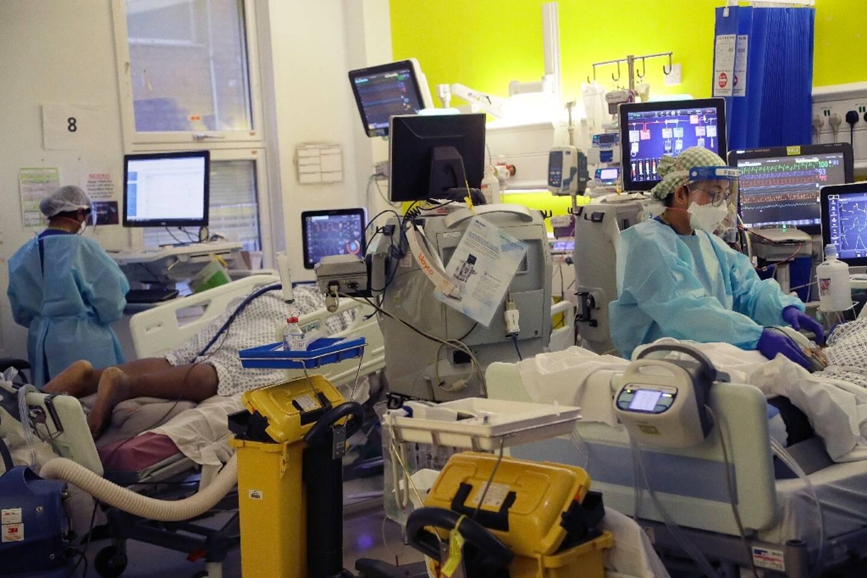 Le personnel d'une unité de soins intensifs de l'hôpital King's College de Londres s'occupe de patients atteints du Covid-19, le 27 janvier 2021.