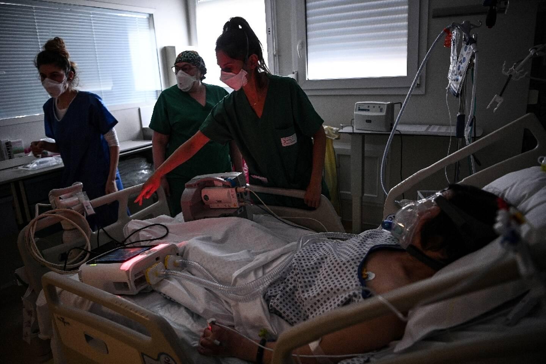 Une équipe médicale au chevete d'un patient atteint du Covid-19, en réamimation à l'hôpital de Bry-sur-Marne le 15 avril 2021