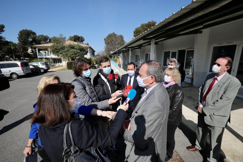 Evence Richard, le préfet, a visité les installations au Pradet. Au fond, le bâtiment Eucalyptus qui accueille les personnes positives à la Covid.