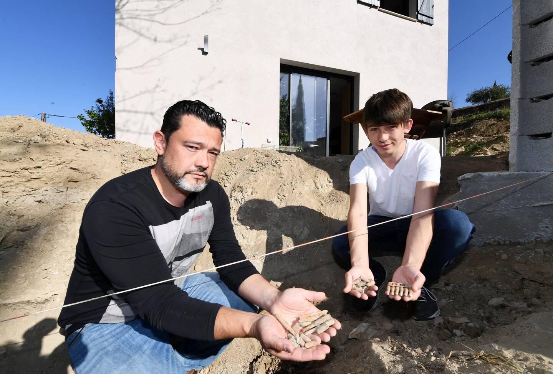 Sébastien et son fils Mathis ont eu la surprise de découvrir une vingtaine de munitions datant de la Seconde Guerre mondiale dans le jardin de leur maison au Castellet.