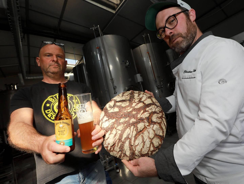 La Bière du boulanger, fruit de la collaboration de Marcel My (à gauche) de la Bière des îles d'Or et de Christian Lopez (à droite).