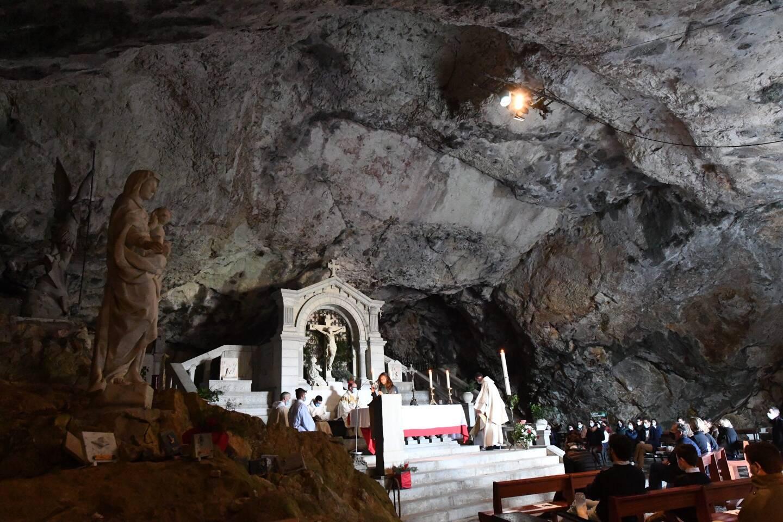 """""""Le Christ est ressuscité! Alléluia!"""" Le chant liturgique ouvrant la messe pascale était repris en chœur, dimanche matin, dans la grotte Sainte-Marie-Madeleine au cœur du parc naturel régional de la Sainte-Baume."""