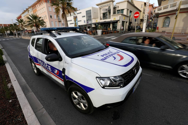 Un patrouille de police s'arrêtant devant le lieu où s'est déroulée l'agression violente.