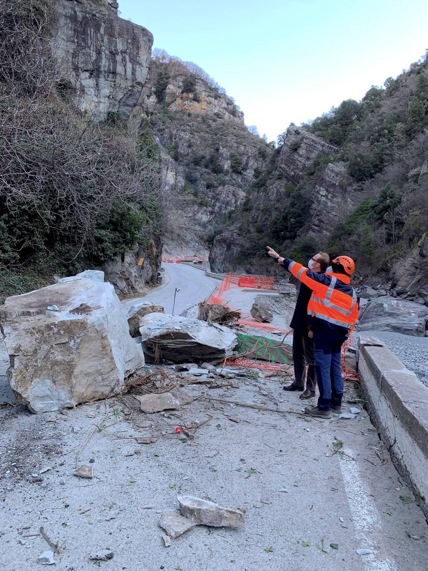 Le préfet Pelletier dans la Roya, le 24 mars, peu après un éboulement sur la RD 6204.