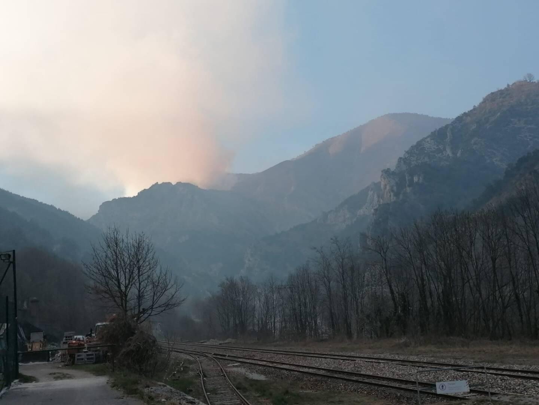 Le feu de forêt s'est déclaré dans le hameau de Vievola. Une épaisse fumée était visible, dès mercredi, à la sortie du village de Tende.