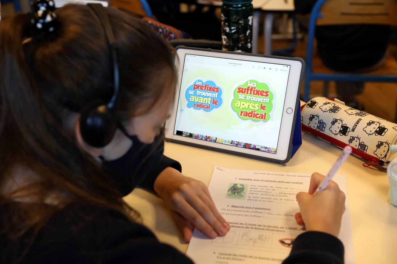 Les enfants peuvent avancer à leur rythme en suivant les leçons sur leur tablette.