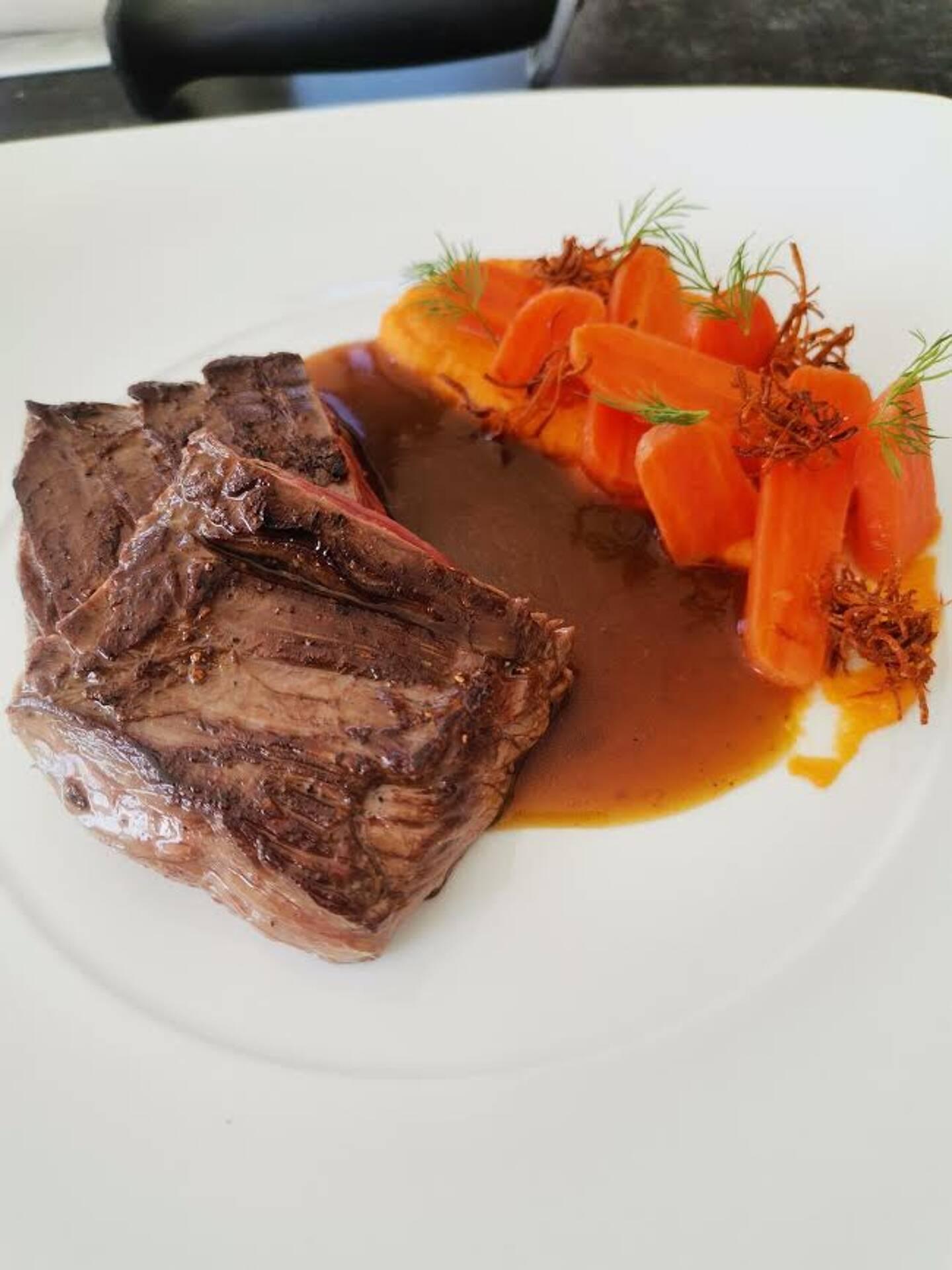 Onglet de bœuf et une déclinaison de carottes (en purée, glacées, frites avec une sauce au jus de carotte)