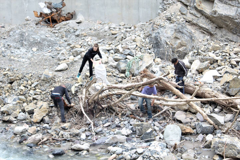 Les matériaux ont été regroupés dans des big bags et disposés en bord de rivière grâce aux kayaks pour être évacués par des camions-grues.