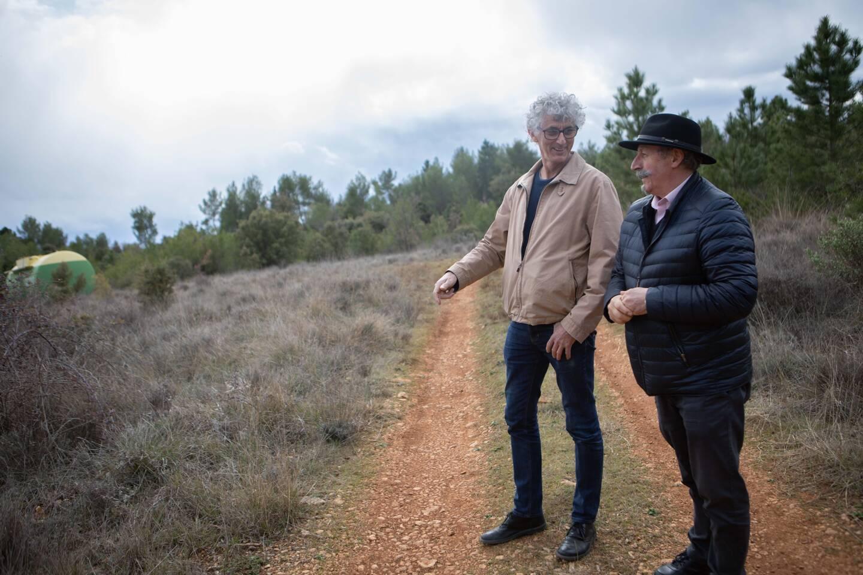 """Antoine Faure (à gauche) et Patrick Vincentelli son adjoint sur le site de Plérimond où doit être réalisé le parc photovoltaïque """"participatif""""."""
