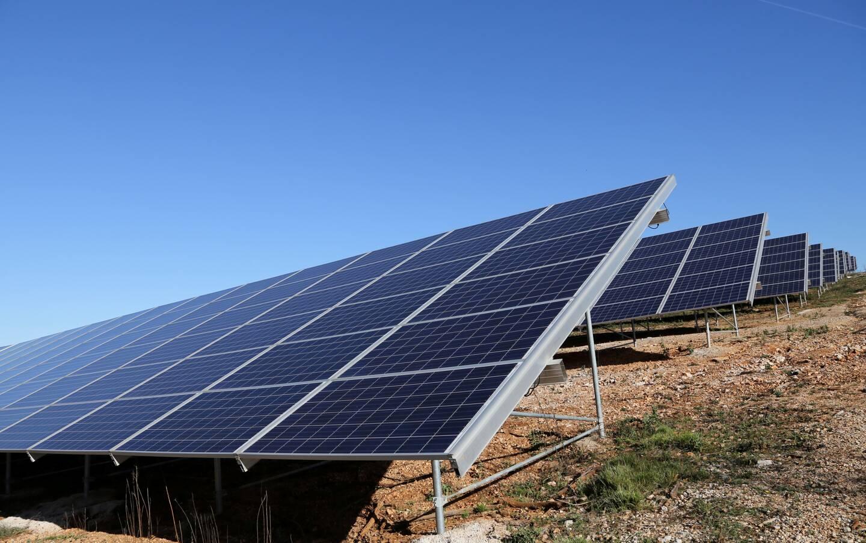 Souvent situées sur des espaces naturels,  les centrales photovoltaïques doivent désormais être implantées prioritairement sur des sites anthropisés (friches, toitures, parkings...).