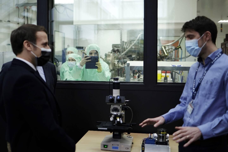 Emmanuel Macron à la rencontre de chercheurs le 21 janvier 2021 à l'université de Paris Saclay à Orsay