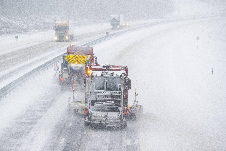 Chasse-neige sur une autoroute à Holten, aux Pays-Bas, le 7 février 2021