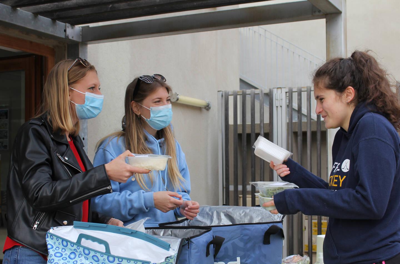 Margaux Laurent et Laure Pawlowski, de l'association Hope, assurent la distribution de nourriture aux étudiants sophipolitains.
