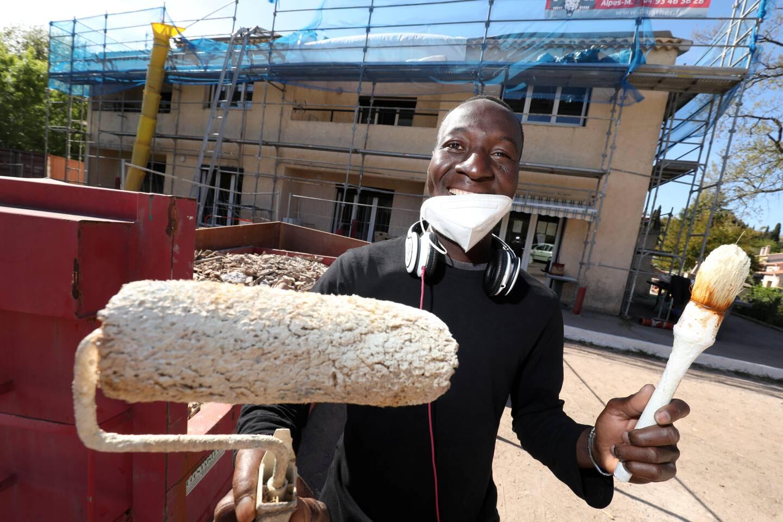 Les rénovations ont débuté depuis plusieurs mois afin de mieux accueillir les personnes hébergées. Ici, Mamadou a participé à la réfection des peintures du bâtiment.
