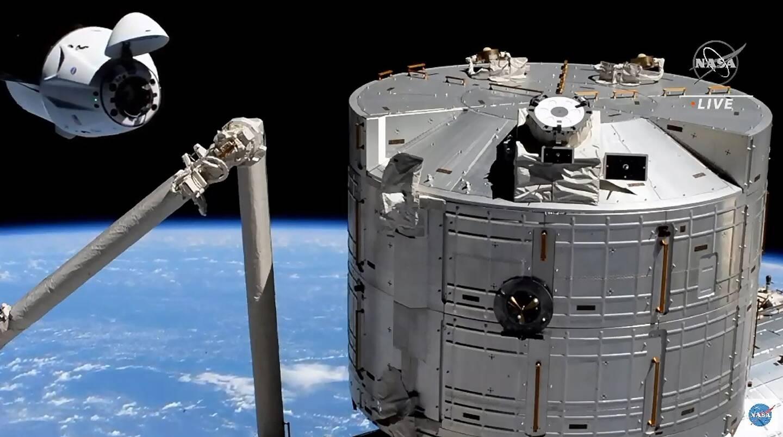 Image vidéo diffusée le 24 avril 2021 par la Nasa de la capsule Crew Dragon de SpaceX à quelques mètres de l'ISS avant son amarrage à la Station spatiale internationale