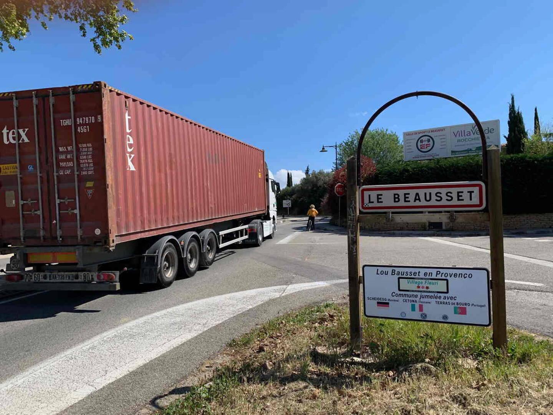 A l'entrée de la commune, comme on peut le voir sur ce cliché, le danger est constant et les cyclistes n'ont qu'à bien se tenir.