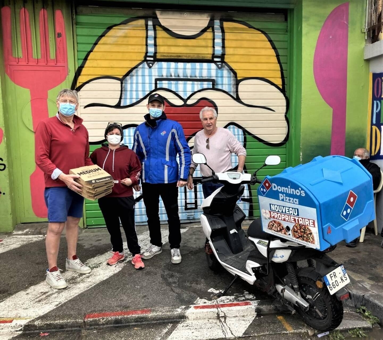 Guillaume Grabowski de Domino's Pizza (en bleu) remet à André Tunck des pizzas en présence de la chanteuse Cindy et de Christian Lepine responsable du succès de la dernière collecte.