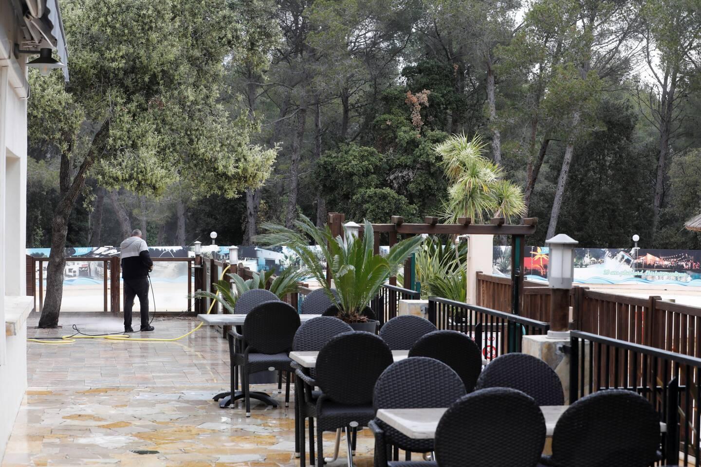 Au camping de Patrick Philibert, la piscine et la terrasse ont droit à leur nettoyage de printemps.