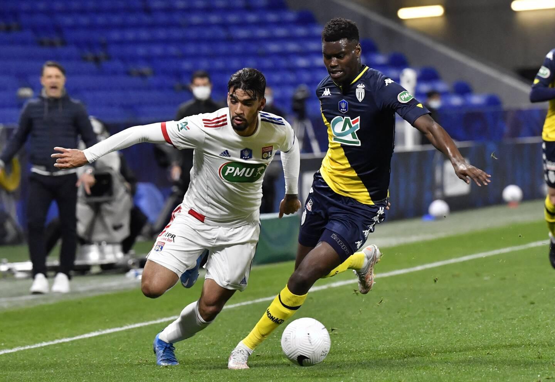 Benoît Badiashile au duel avec Lucas Paqueta lors du quart de finale de Coupe de France remporté par l'AS Monaco.