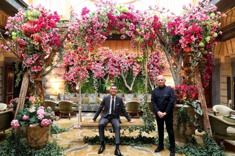Le directeur général de l'hôtel, Serge Ethuin et le chef des cuisines, Christophe Cussac, réunis dans le décor de printemps installé dans le lobby pour la réouverture.