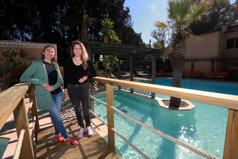 Si l'utilisation de la piscine reste une interrogation, le camping du Ceinturon 3 à l'Ayguade géré par Camille Bonnet (à d.), ici avec sa sœur, lance sa saison cette semaine