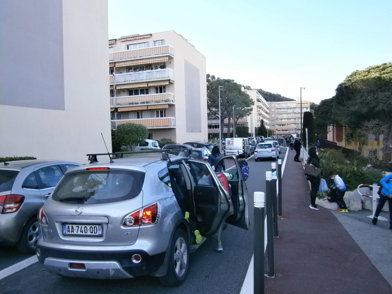 La rue Giono aux heures de rentrée et de sortie des classes. Des embouteillages et des stationnements anarchiques dénoncés par des riverains.
