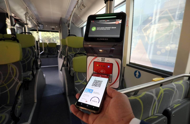 Les nouveaux valideurs au sein des bus permettront à l'usager de payer directement avec la carte bancaire ou via l'application Monapass.