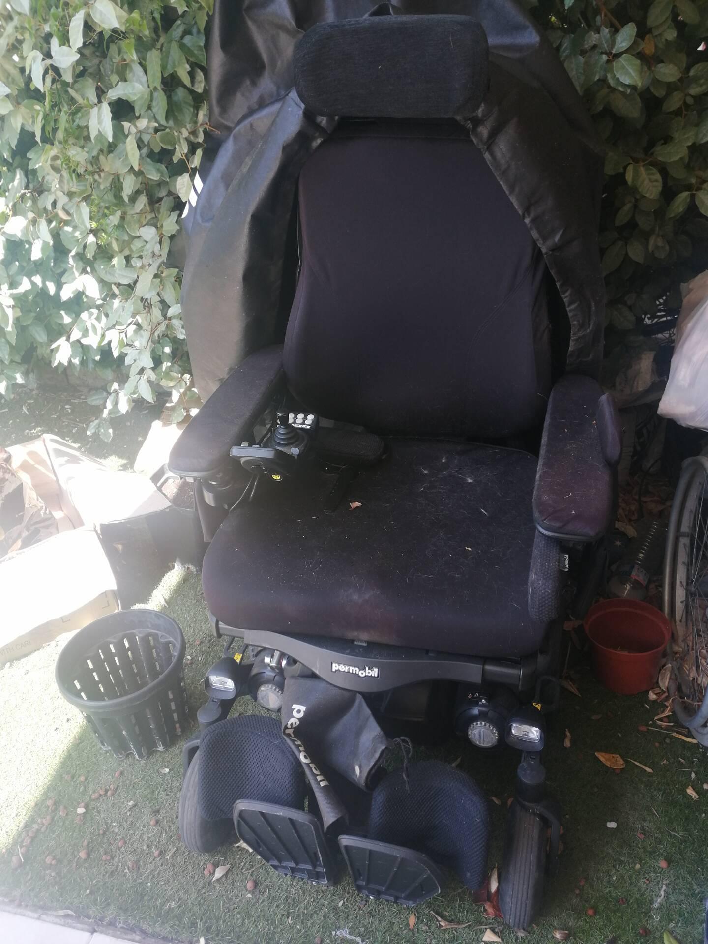 Le fauteuil non-conforme, qui ne peut donc être utilisé, attend d'être emporté sur la terrasse de l'appartement...
