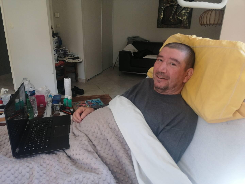 Cloué dans son lit, Thomas Messina aimerait enfin avoir un fauteuil qui lui permette d'avoir un minimum d'autonomie.