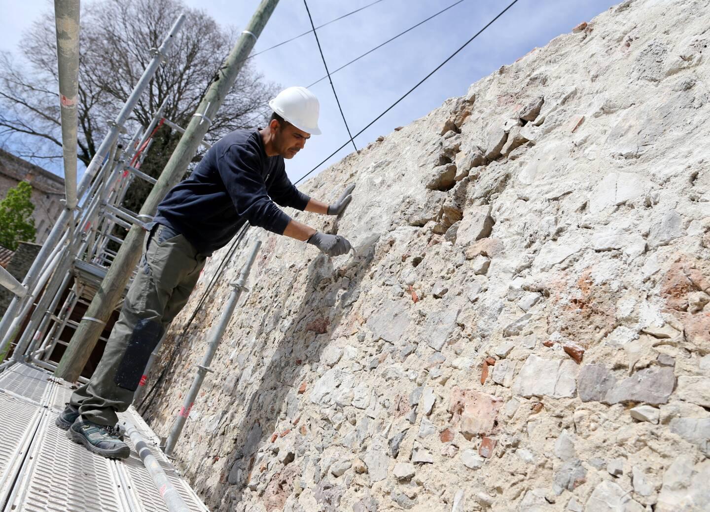 Des échantillons de mortier sont visibles sur le mur d'enclos. L'architecte des Bâtiments de France avisera sur celui dont la texture et la couleur sont le plus fidèles à la gâche d'origine.
