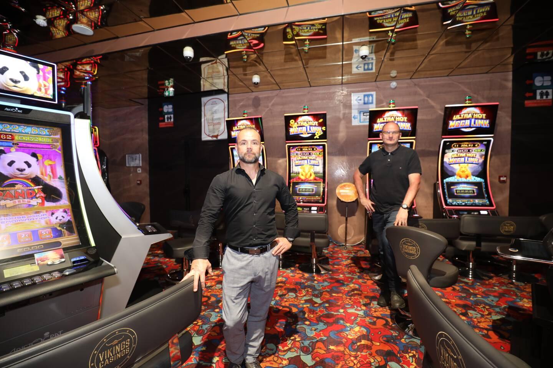 Stéphane Hourcastagnou (au premier plan), président des casinos Vikings de Fréjus et de Sanary et Gérald Russo, directeur général de l'établissement de jeux de Sanary sont prêts pour la réouverture après quasiment sept mois de fermeture.