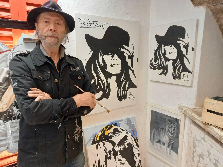 Serge Contat devant l'un de ses sujets fétiches, Brigitte Bardot.