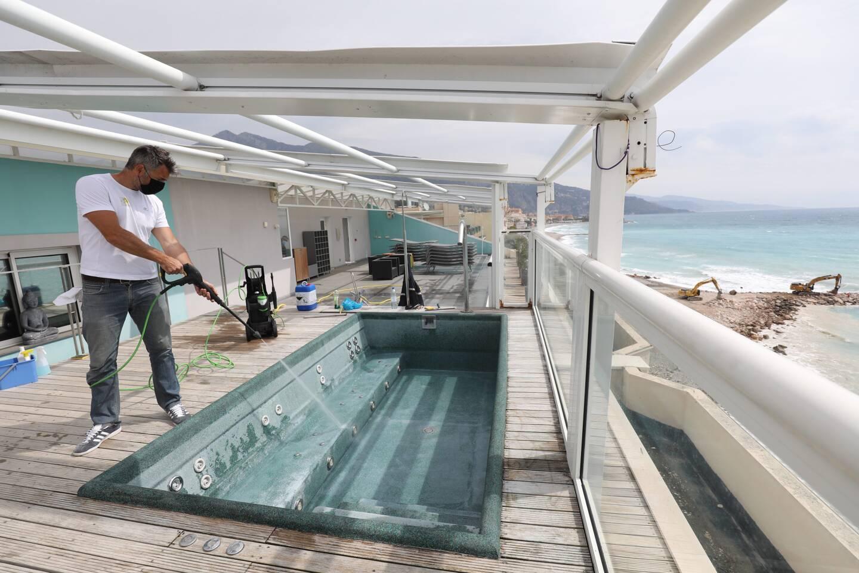 Après des mois de fermeture, l'heure est aux préparatifs dans les hôtels. Ici, au Riva, en plein nettoyage du Spa.