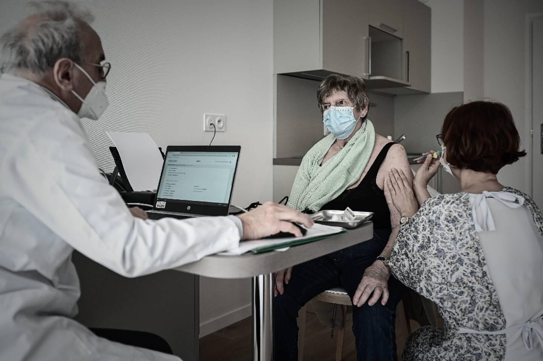 Une femme âgée reçoit une injection d'un vaccin Covid-19 dans une résidence pour personnes âgées à L'Isle-d'Espagnac le 16 février 2021