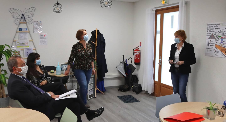 Le préfet Evence Richard (à gauche) a écouté attentivement la présentation de la plateforme par Anne Bouthors, la directive générale de En Chemin.