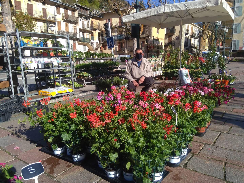 Jean-Christophe Cassio retrouve les fleurs après avoir œuvré pendant toute la crise pour la propreté du village notamment.