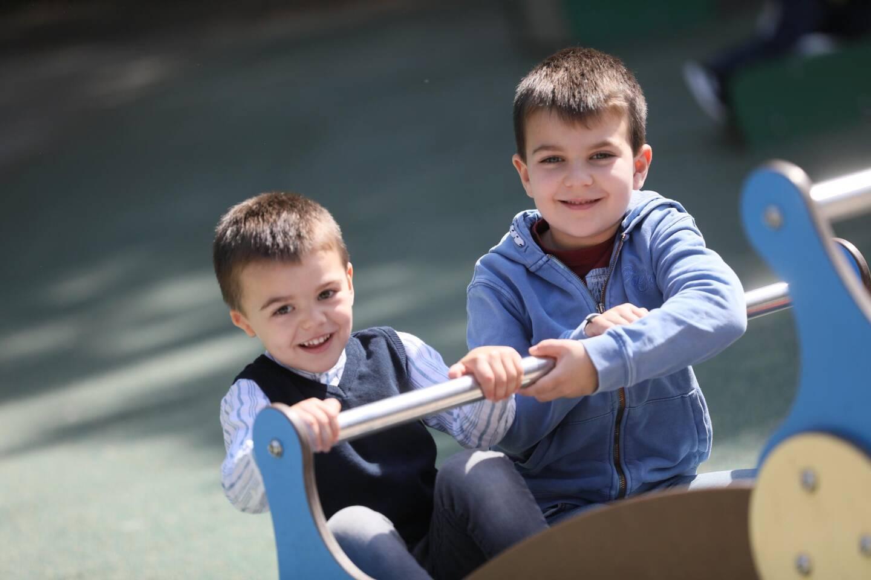 Manu, à droite, accompagnera son petit frère ainsi que toute la famille pour l'opération du 12 octobre à San Francisco.