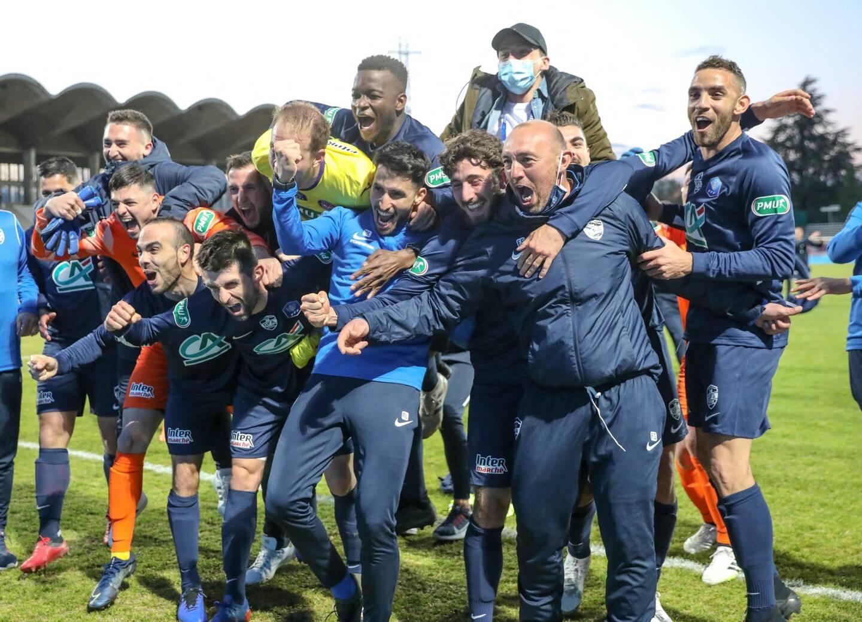 La joie des joueurs du GFA Rumilly-Vallières après leur quart victorieux face à Toulouse.