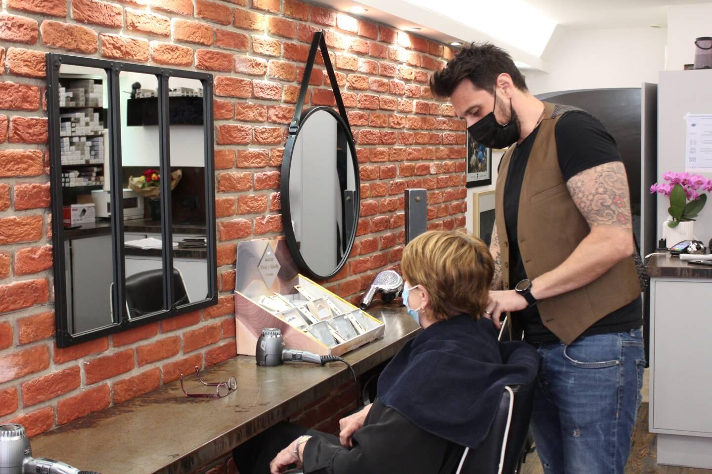 Lionel cherche désespérément un coiffeur pour rejoindre son équipe.