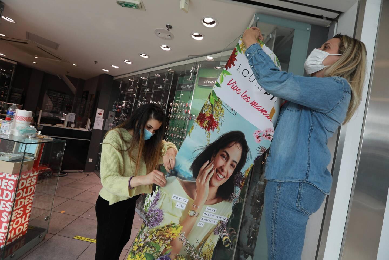 Les commerçants mettent une dernière touche à leur boutique pour être fin prêts pour la réouverture, ce mercredi.