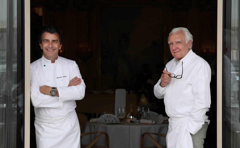 Yannick Alléno accueilli par Alain Ducasse, au restaurant Louis XV ce lundi pour marquer son arrivée en Principauté.
