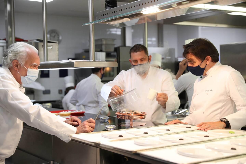 Masque obligatoire en cuisine pour les chefs qui se sont retrouvés hier pour ce déjeuner pensé et conçu à quatre mains.