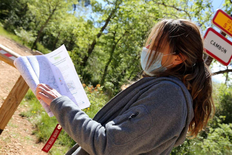 """Certaines pistes DFCI n'ont pas été entretenues depuis leur création. Sur les 471 km de chemins labellisés, seuls 77 kilomètres sont utilisables par les sapeurs-pompiers en cas d'incendie, ainsi que le constate Delphine Cappella, responsable """"forêt"""" à l'agglomération."""