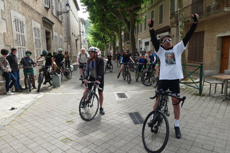 Si Rabah a décidé d'accompagner Emmanuel tout au long du parcours à partir de Manosque (108 km), Lionel, son acolyte, a réussi à convaincre une vingtaine de cyclistes locaux pour l'accompagner sur le parcours - Pierrefeu-Collobrières).