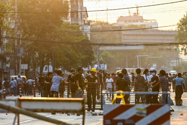 Des manifestants construisent des barricades de fortune à Rangoun (Birmanie), le 10 mars 2021.