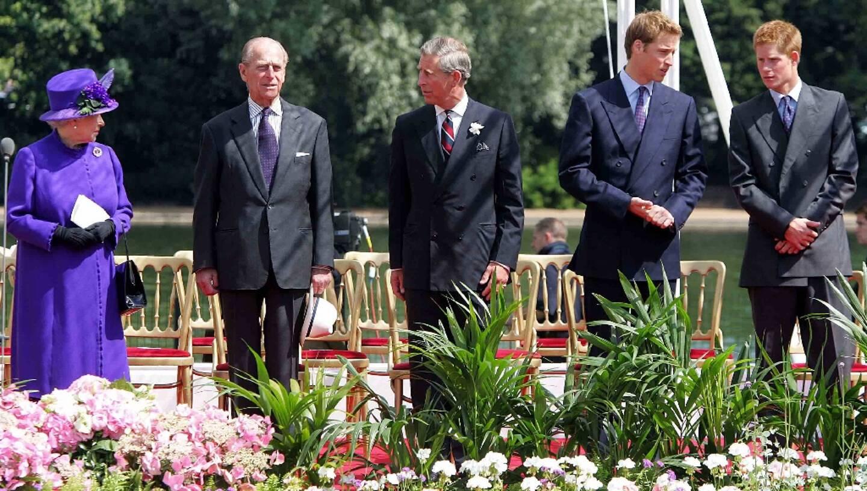 De gauche à droite, la reine Elizabeth II, le prince Philip, leur fils Charles et leurs petits-fils William et Harry, à Londres, le 6 juillet 2004