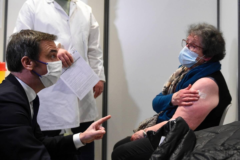 Olivier Véran dans un centre de vaccination à Nancy le 19 janvier 2021