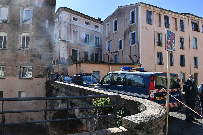Des gendarmes bloquent une rue de Bédarieux, le 7 avril 2021, devant la résidence d'Aurélie Vaquier
