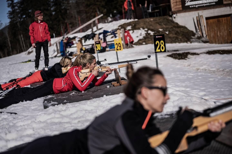 Des touristes participent à une initiation au biathlon, à la station les Contamines-Montjoie, le 19 février 2021